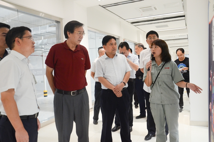 调研组在江口县农夫山泉生产基地调研(刘芮摄) (1).JPG
