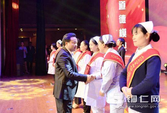 市委书记陈昌旭为受表彰的先进集体和个人授奖