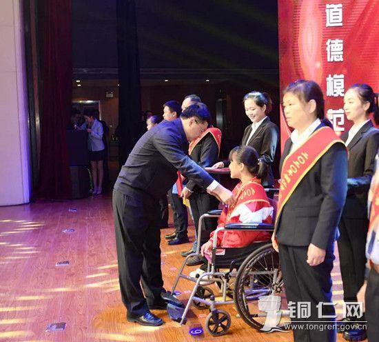 市委副书记孙含欣为受表彰的先进集体和个人授奖