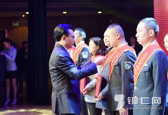市委副书记、市长陈少荣为受表彰的先进集体和个人授奖